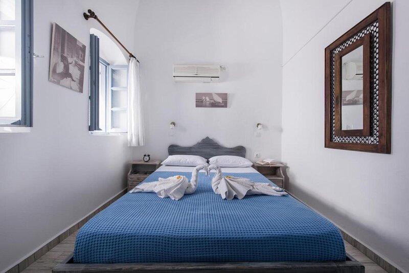 Standard Studio with Caldera View at MaryLou John Villas, holiday rental in Tholos