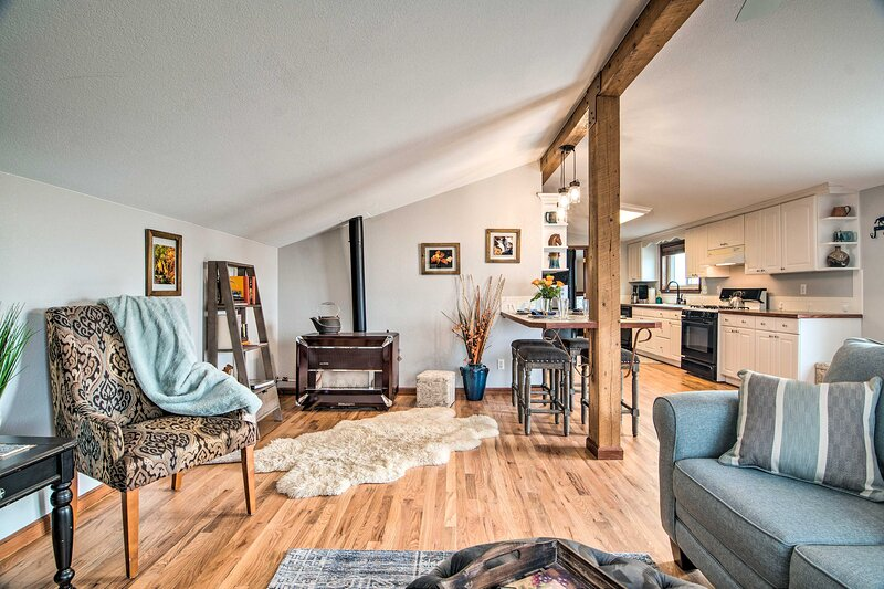 NEW! Lovely Barn Loft w/ Mtn Views on Horse Estate, aluguéis de temporada em Evans