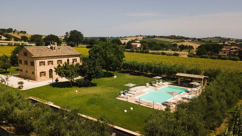 Villa Pedossa, L'Olivo, Deluxe apt. in typical country Villa with pool&Jacuzzi, alquiler vacacional en Morro d'Alba