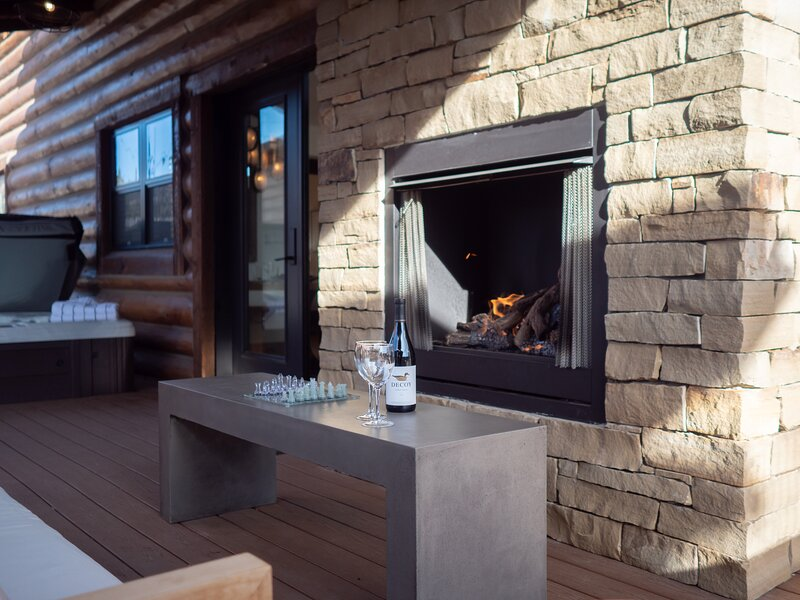 Estes Escape - Jacuzzi, Sleeps 8, Indoor/Outdoor Fireplace, Perfect Location!, vacation rental in Drake