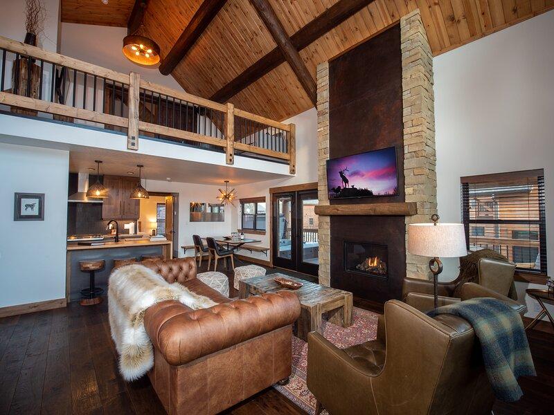 Lake Estes Getaway - New listing! Indoor/Outdoor Fireplace, Private Jacuzzi, alquiler de vacaciones en Glen Haven
