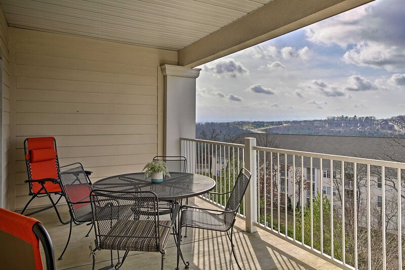 Upscale Family Retreat ~ 3 Mi to Downtown Branson!, holiday rental in Rockaway Beach