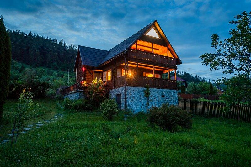 Chalet M! Located in the heart of Transylvania!, alquiler de vacaciones en Lunca Bradului