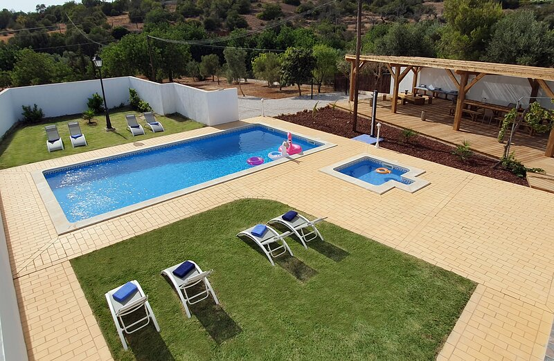 CASA Claudina, Comfort and Tranquility, WIFI & Air conditioning and Heated Pool, holiday rental in Loule