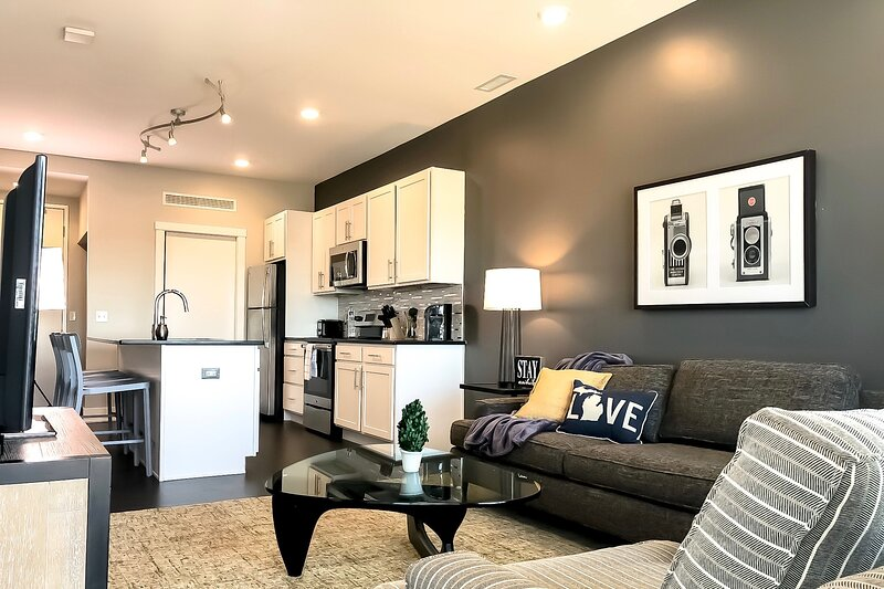 Executive 2BR w/ Balcony in Downtown GR, vacation rental in Grand Rapids