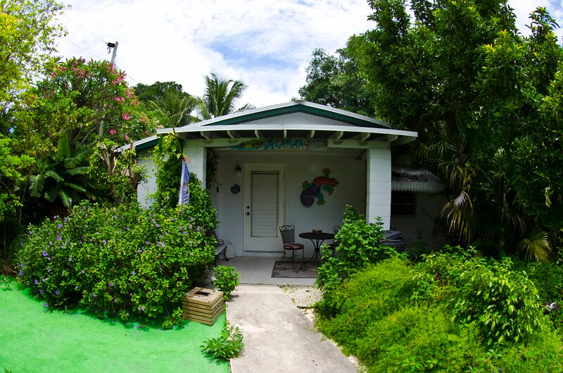 Bayfront Vacation Home Cottage Rental Bayside Beach *Renovated 2019*, vacation rental in Key Largo