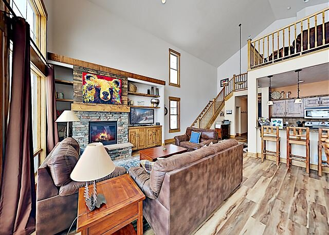 7th Heaven: Spacious House on Grand Elk Golf Club w/ Fireplace & Hot Tub, holiday rental in Parshall