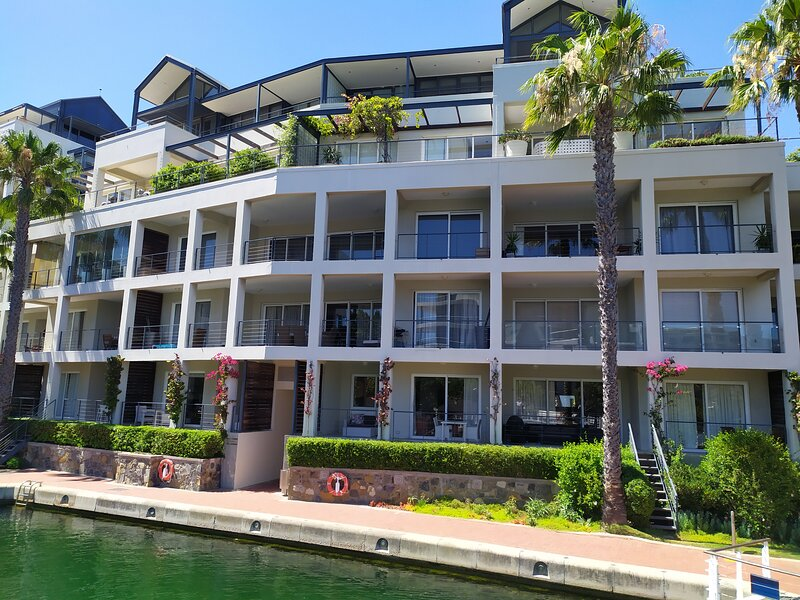 Studio apartment fully furnished and equipped with canal views, holiday rental in De Waterkant