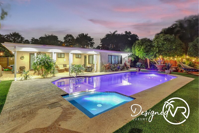 Trendy Renovated 4 BR  Home w/ Heated Pool & Hot Tub �� ����������, casa vacanza a Hallandale Beach
