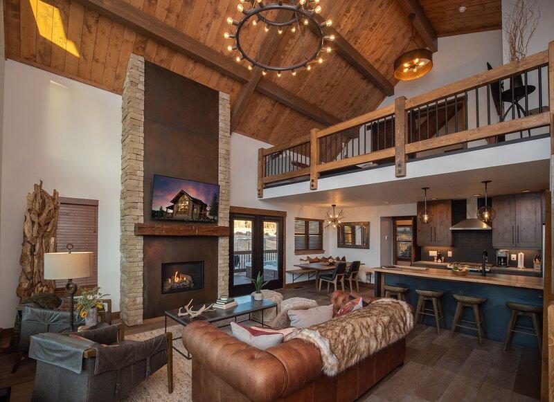New Log Cabin just steps from Lake Estes! Indoor/Outdoor Fireplace and Private J, alquiler de vacaciones en Glen Haven
