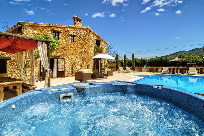 MAGICAL STONE FINCA, SECLUDED AMONGST THE ORANGE GROVES, VIEWS OVER MOUNTAIN,SEA, vacation rental in Muntanya la Sella
