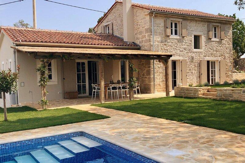 Renovated Stunning Stonevilla With Pool, location de vacances à Brajkovici
