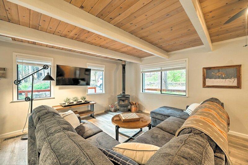 NEW! Woodsy Blue Lake Springs Cabin w/ Large Deck!, alquiler de vacaciones en Dorrington