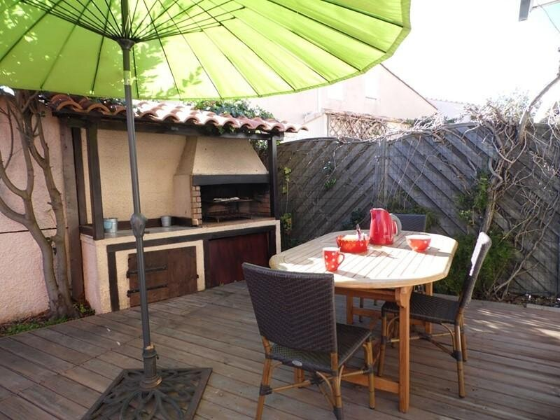 Agréable villa avec joli jardin dans résidence avec piscine, holiday rental in Marseillan Plage