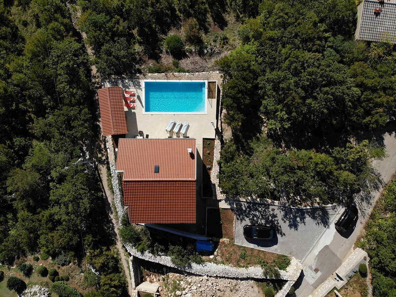 Holiday home-big swimming pool-amazing views, alquiler vacacional en Smrika