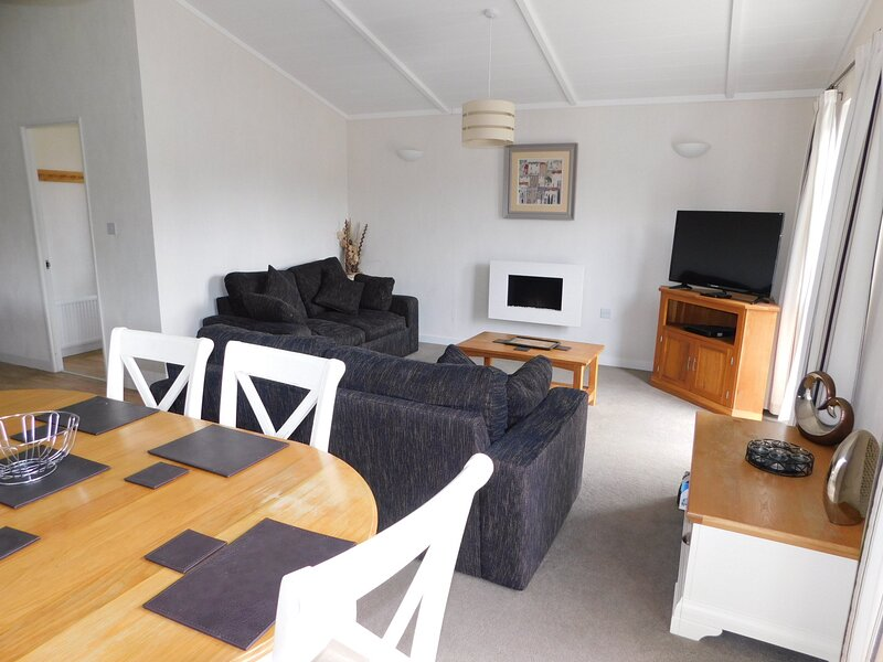 Lovely 2-Bed Lodge with hot tub and sauna in Ely, location de vacances à Littleport