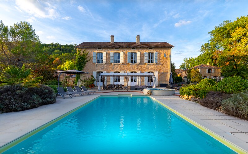 Manoir Seguinet, heated 12 by 5m private pool, WiFi, close to places to visit, holiday rental in Lot-et-Garonne