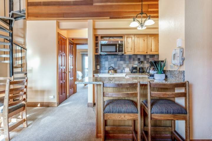 2 Story Lofted Condo, Free Shuttle Service and Parking! Indoor/Outdoor Pool! #30, vacation rental in Minturn