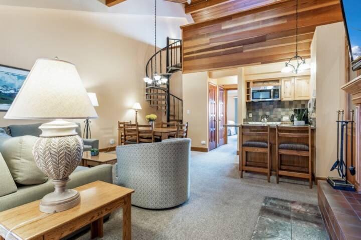 Loft Style Condo w/multiple decks, gorgeous views, resort style amenities! #302, vacation rental in Minturn
