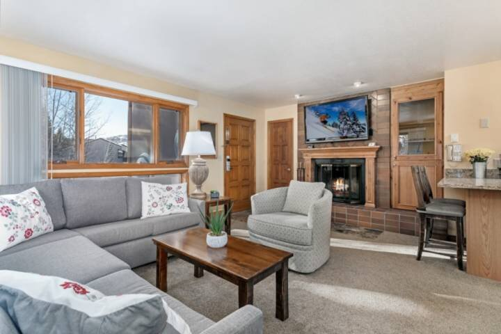 Picturesque Views!  Cozy Condo with Resort Style Amenities!  Free Shuttle and Pa, holiday rental in Minturn
