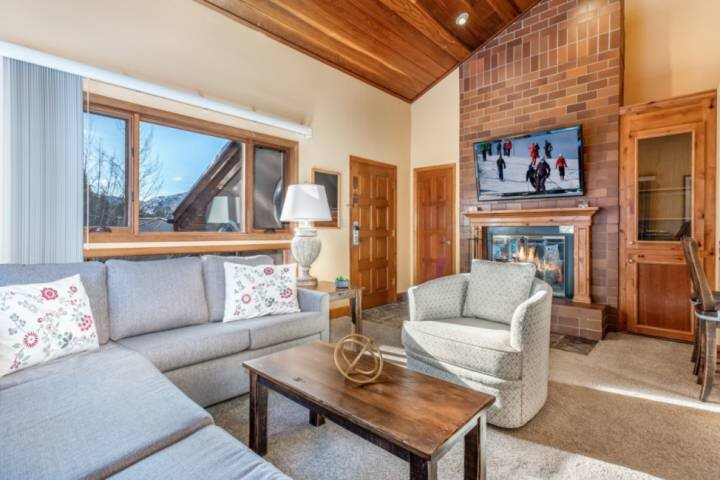 Great Value! 2 Story Condo w/Beautiful Views! Fireplace, Grill, Decks, Pool, and, vacation rental in Minturn