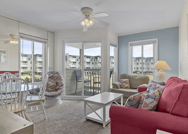 Oceanside Condo with family friendly amenities!, holiday rental in Morehead City
