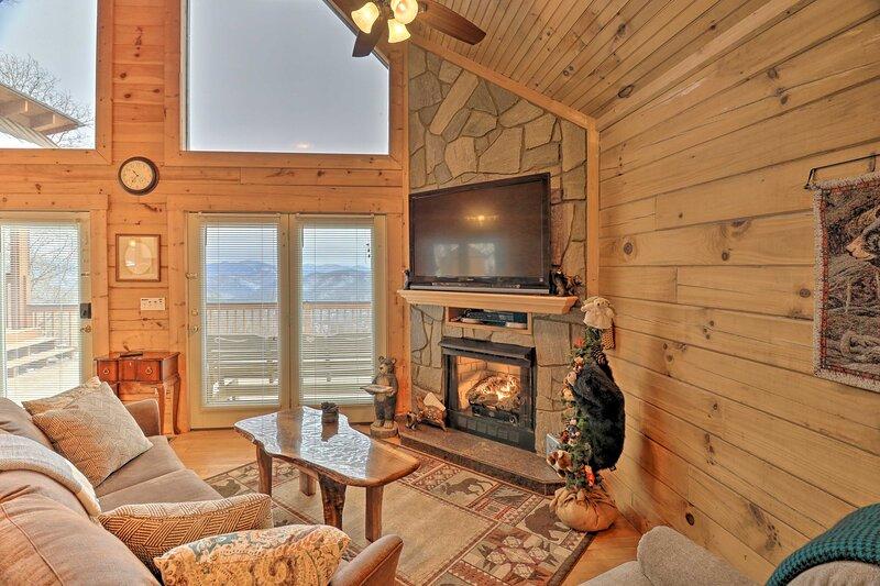 NEW! Smoky Mountain Living: Grand Cabin w/ Hot Tub, alquiler de vacaciones en Bryson City