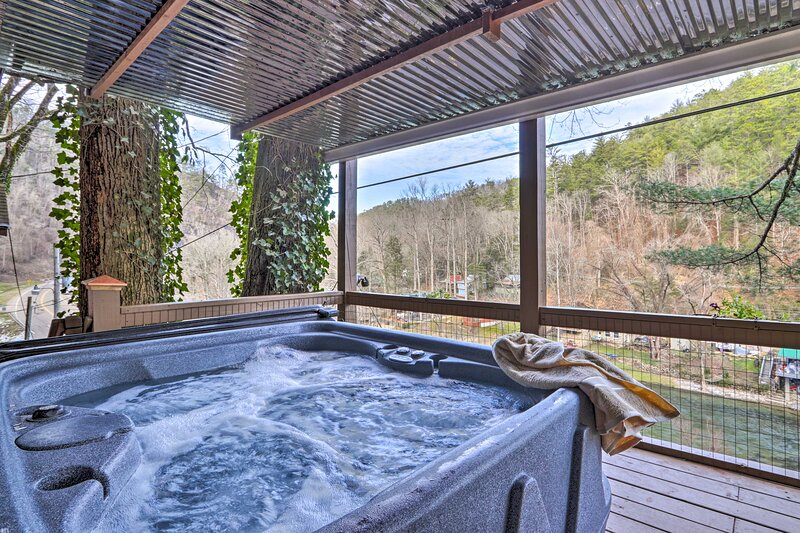 NEW! Serene Riverfront Hideaway, 3 Mi to Caverns!, holiday rental in Maryville