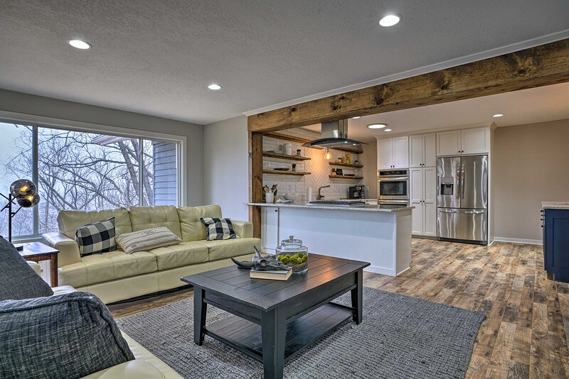 NEW! Chic Chaska Retreat w/ Deck Overlooking Dtwn!, holiday rental in Victoria