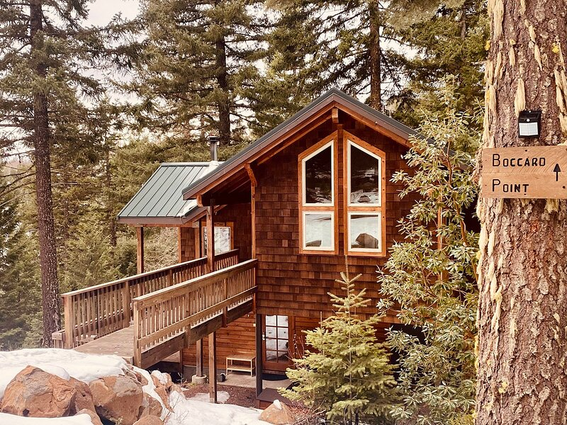 #1E Boccard Point ~ Green Springs Cabins ~ Jacuzzi Tub, holiday rental in Hornbrook