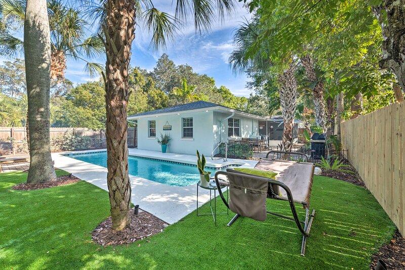 NEW! Mid-Mod Coastal Home w/ Pool: 1 Mi to Beach, holiday rental in Tallevast
