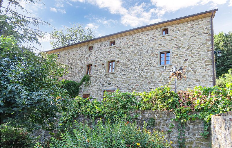Nice home in Cortona with Outdoor swimming pool and 6 Bedrooms (ITA065), vacation rental in Col di Morro