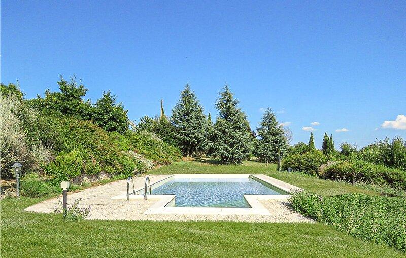 Nice home in Cortona with Outdoor swimming pool and 6 Bedrooms (ITA065), location de vacances à San Leo Bastia