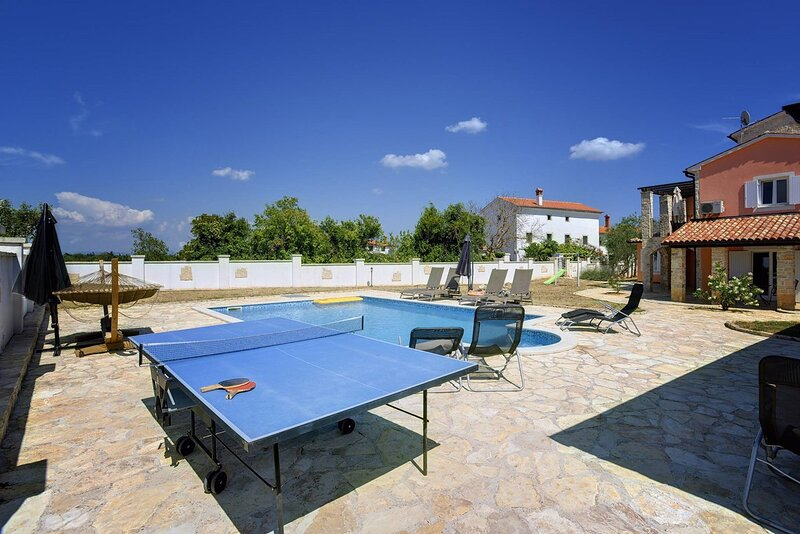 Filipana Holiday Home Sleeps 10 with Pool Air Con and WiFi - 5833733, holiday rental in Manjadvorci