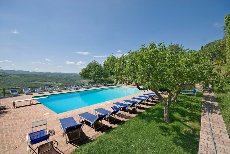 Doglio Villa Sleeps 38 with Pool and Air Con - 5835560, holiday rental in Quadro