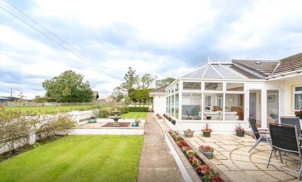 Alton Lodge - Villa with Hot Tub & Stunning Views., holiday rental in Newmilns