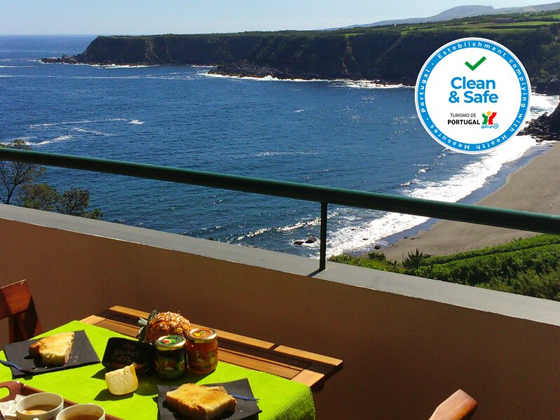 HillTop Azores Beach & Countryside Apt for 6, location de vacances à Porto Formoso