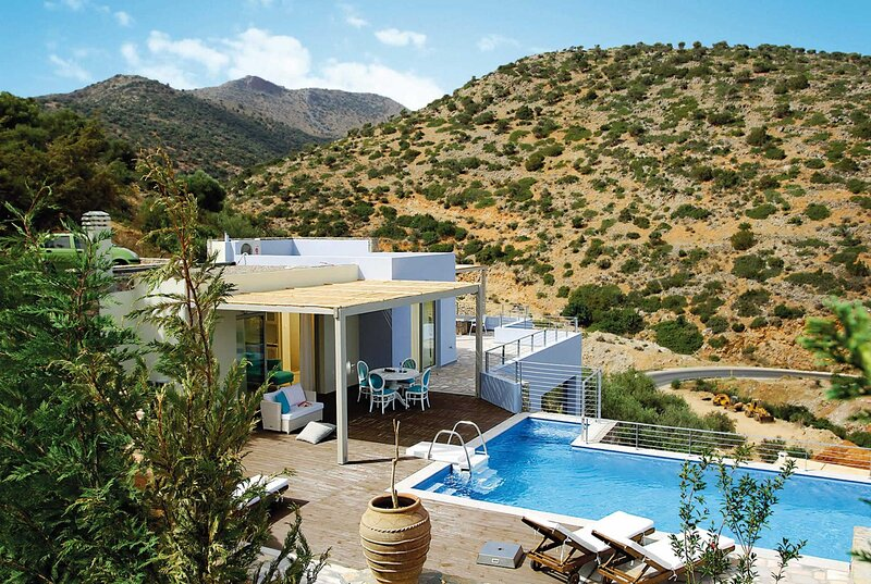 High-standard villa, short drive to resort town, vacation rental in Katsikia