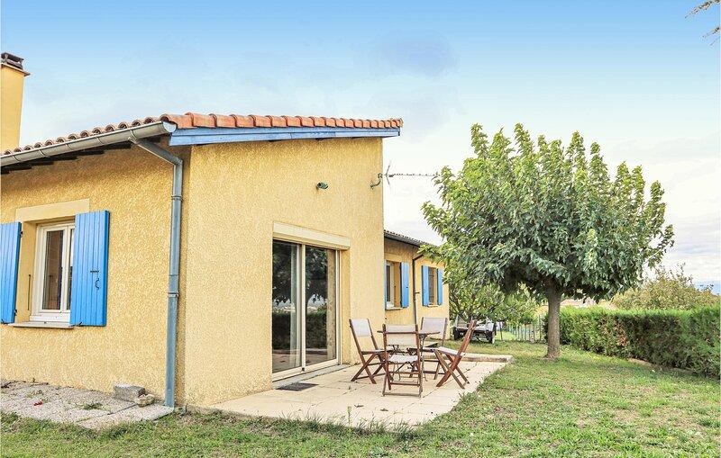Amazing home in VILLENEUVE DE BERG with 3 Bedrooms (FRA172), location de vacances à Villeneuve-de-Berg