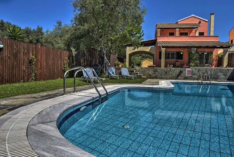 Ideal location only 500m walk to the beach/resort, vacation rental in Peroulion