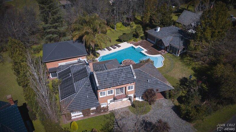Hermosa casa en Country de Pilar, gran pileta y arboleda. Km 50 de Panamericana, holiday rental in Belen de Escobar