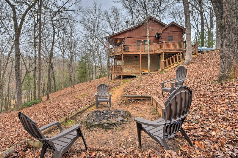 NEW! Creekside Cabin w/ Forest Views & Fire Pit!, vacation rental in Ducktown