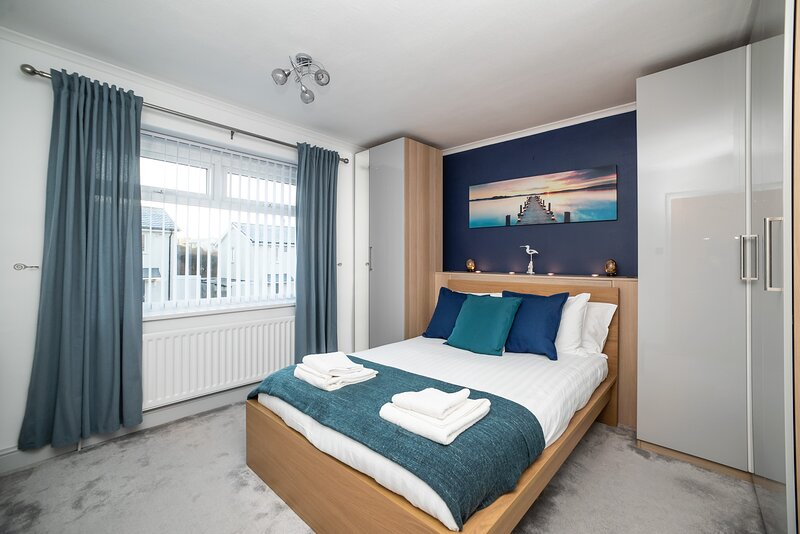 Gorgeous Modern 3 bedroom house - Free Parking and Netflix by WHA for Contractor, holiday rental in Wylam