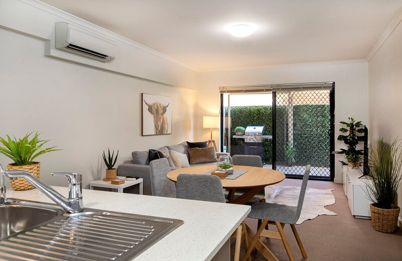Stylish 3 Bedroom for 6 ★ 300m to the beach ★ Wifi ★ Parking ★ Glenelg South, holiday rental in Hallett Cove