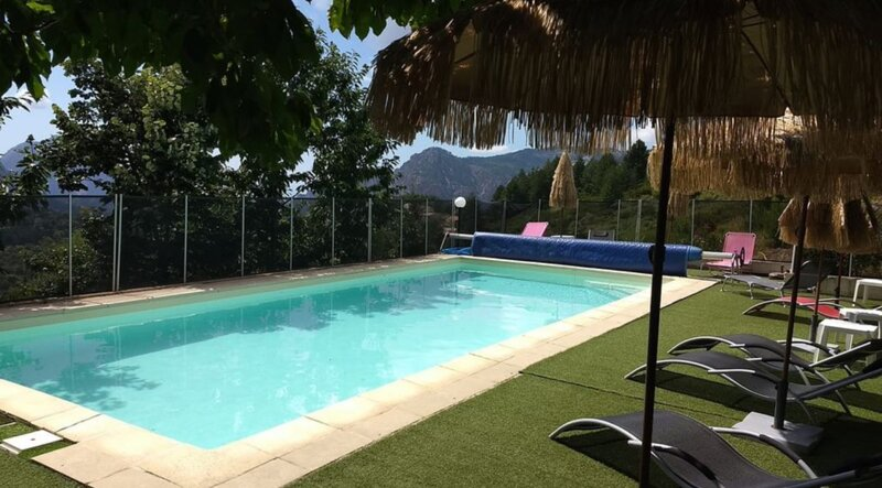 Nice chalet with shared pool & Wifi, aluguéis de temporada em Serriera