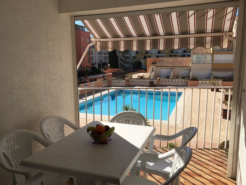 Modern 1 Bed Apartment with Terrace Overlooking Pool + Parking, casa vacanza a Cap-d'Agde