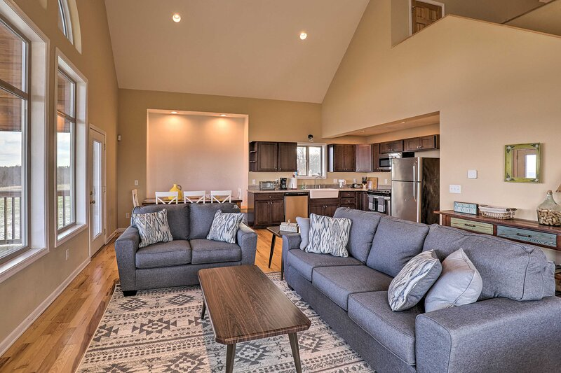 Living Room | Main Floor | Air Conditioning | Free WiFi