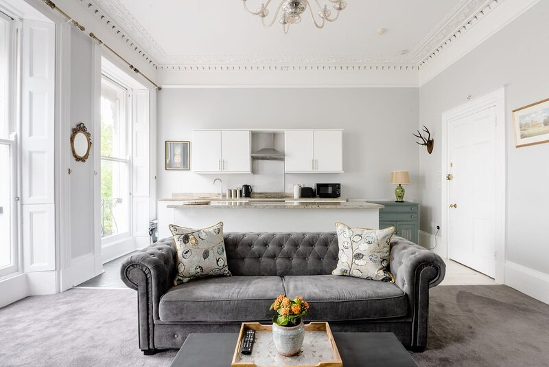 Decompress on the Chesterfield at a Refined Regency Abode, location de vacances à Southam