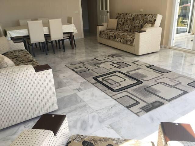 Exceptionally Spacious Apartment, Ferienwohnung in Selcuk