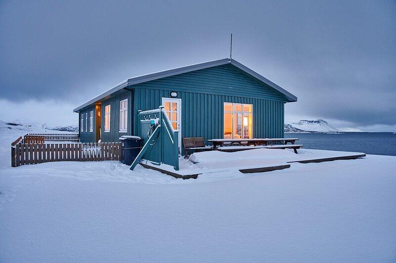 Tvera - A Quality Cottage with a View, location de vacances à Région des fjords